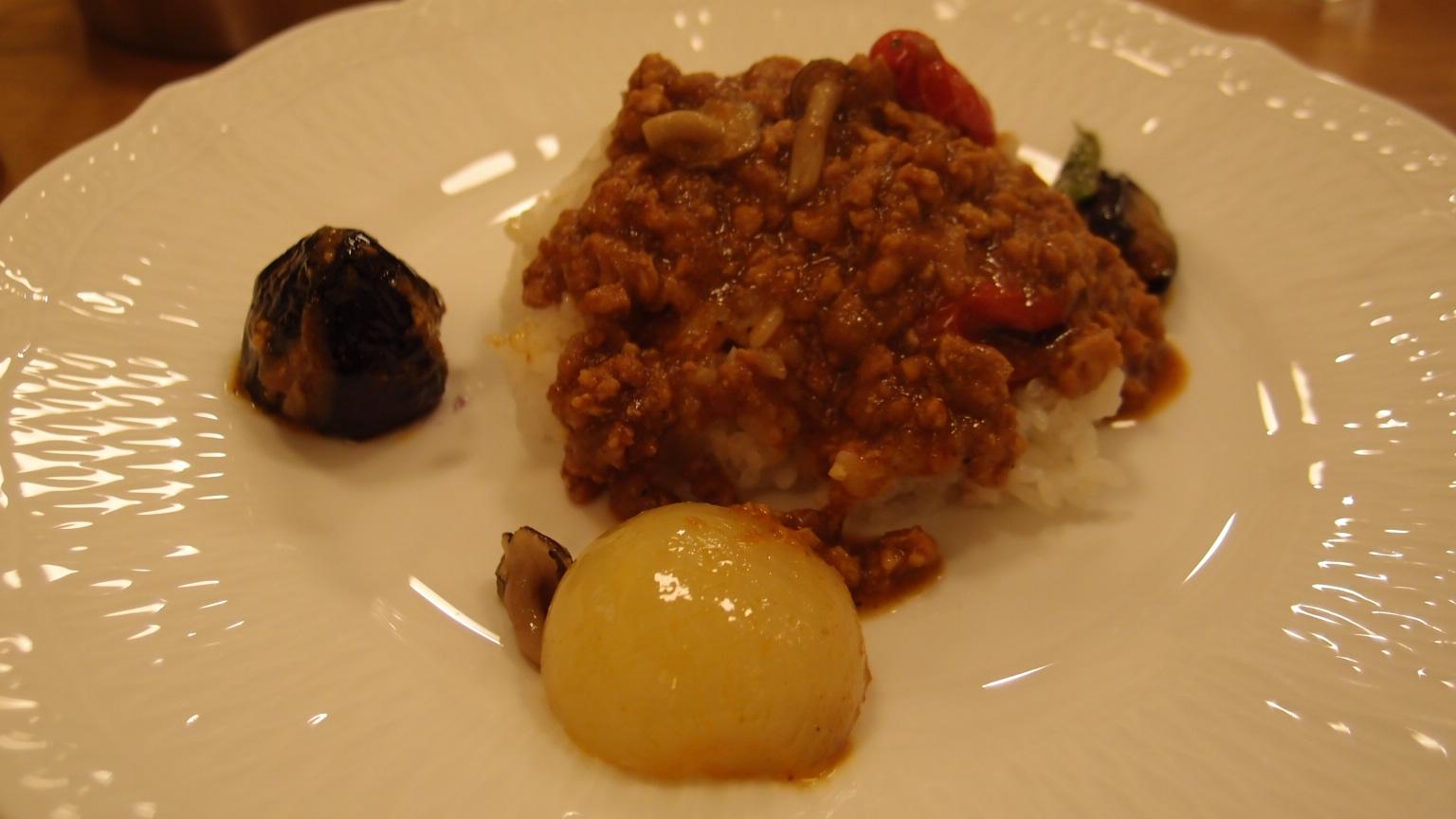 銀座 トップス 彩り野菜のキーマカレー、チョコレートケーキ | Aランチ(ビーフカレー)