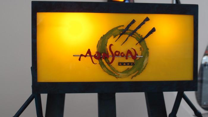 モンスーンカフェ 看板